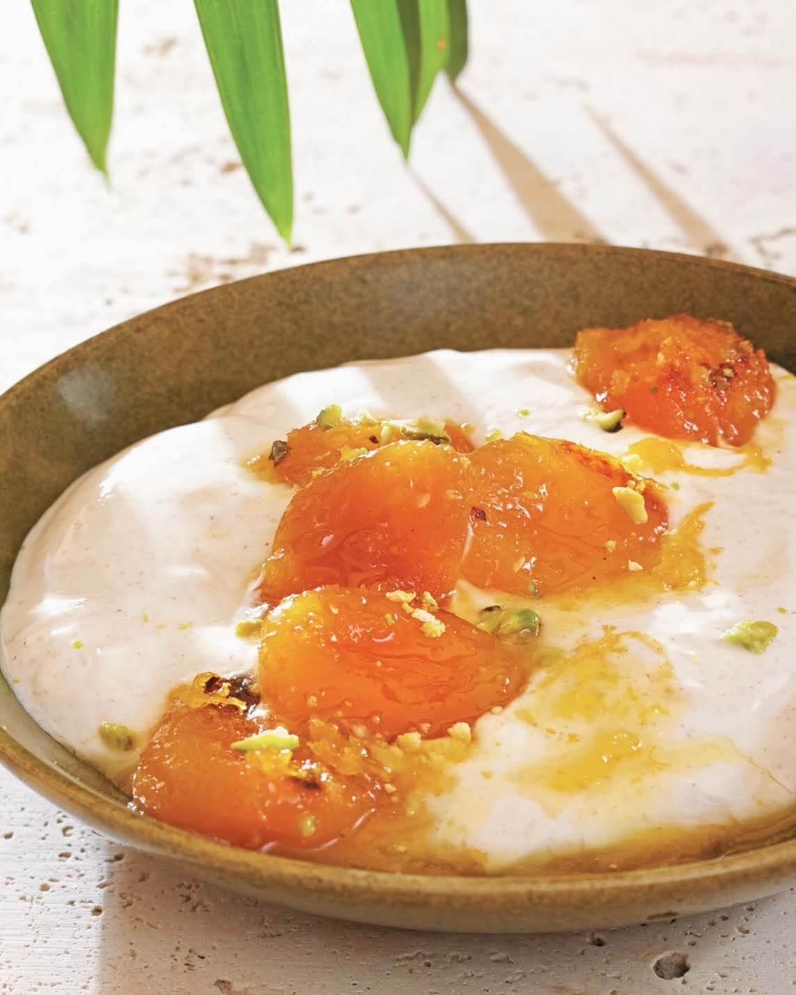 Spiced Greek Yogurt with Apricots/Giaoúrti me veríkoka
